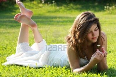 14120303-chica-guapa-joven-esta-rompiendo-los-
