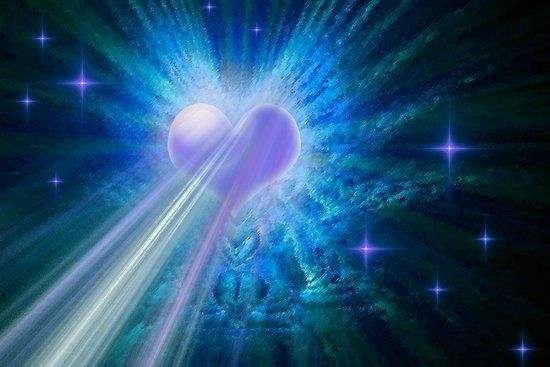 corazon irradiando energia en azulvioleta