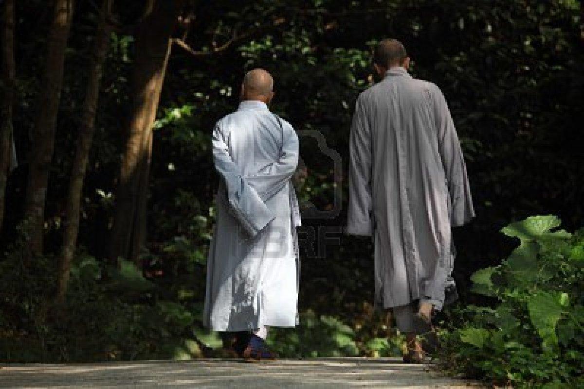 Resultado de imagen de monje caminando